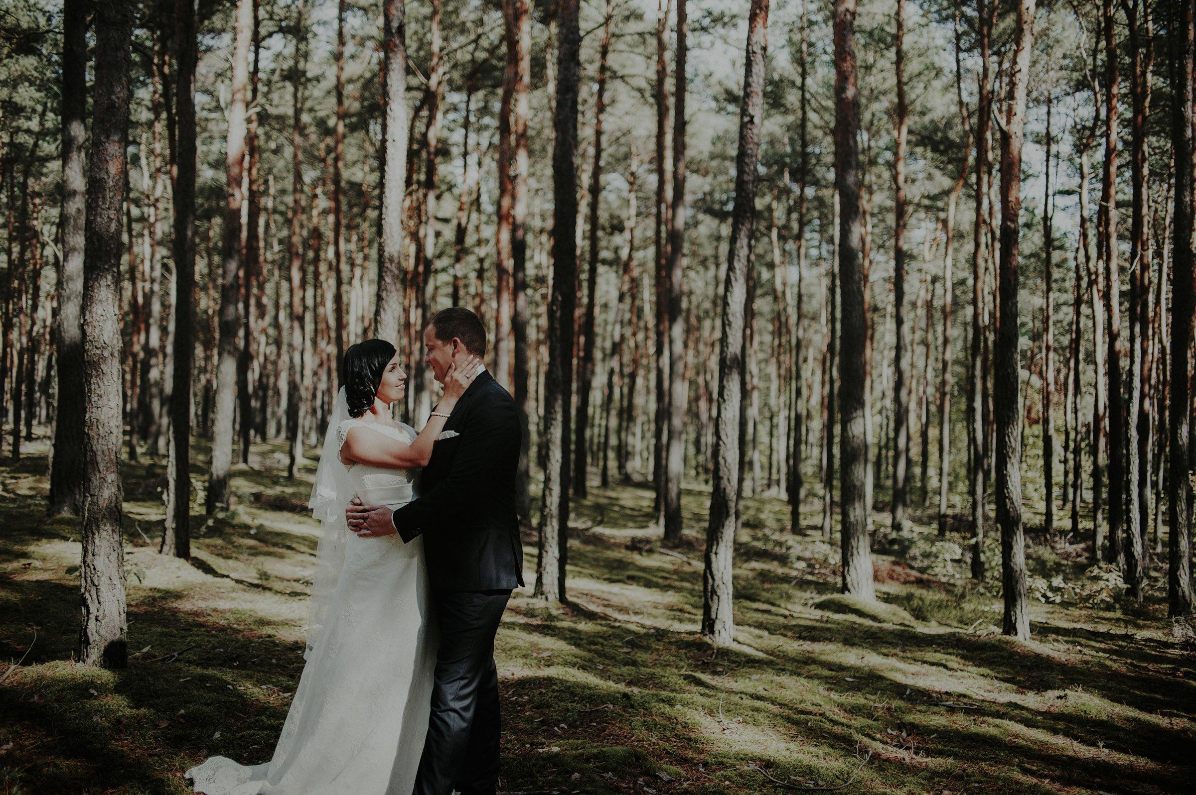 plener poślubny w lesie