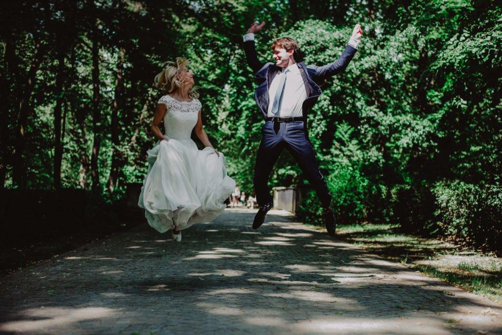 skacząca para młoda