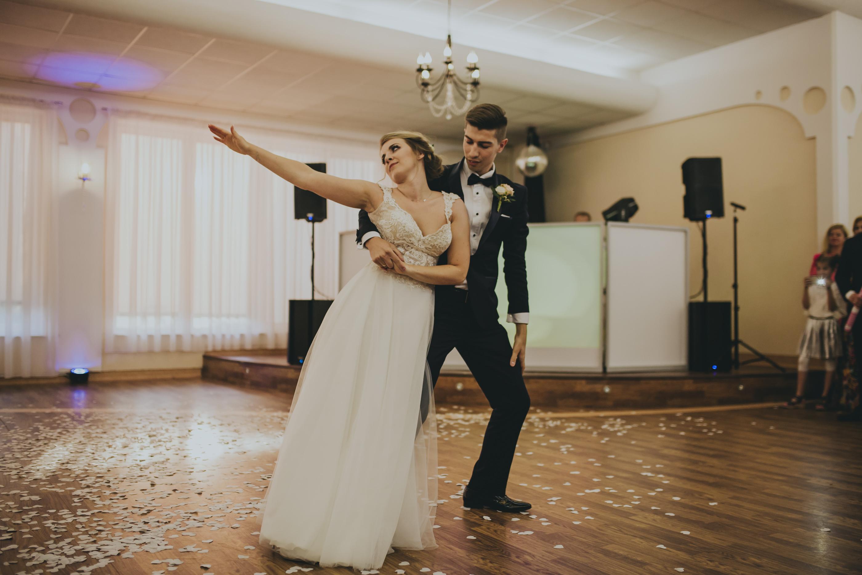 para młoda fotograf ślubny