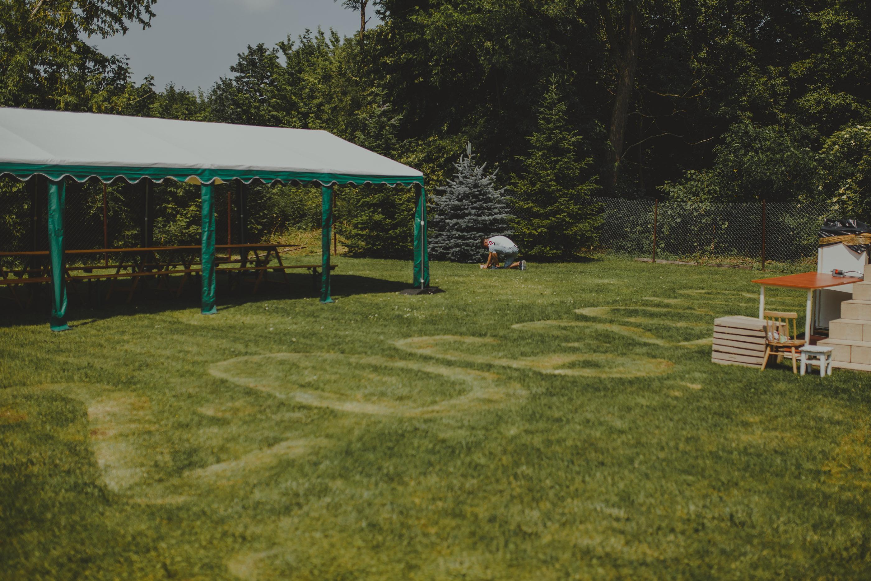 przygotowania do ślubu w ogrodzie