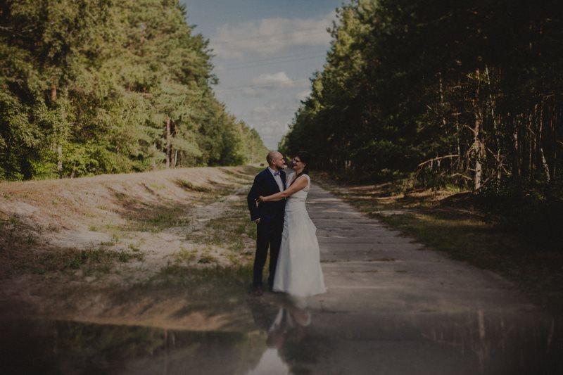 Sesja ślubna w urokliwym lesie Warszawa