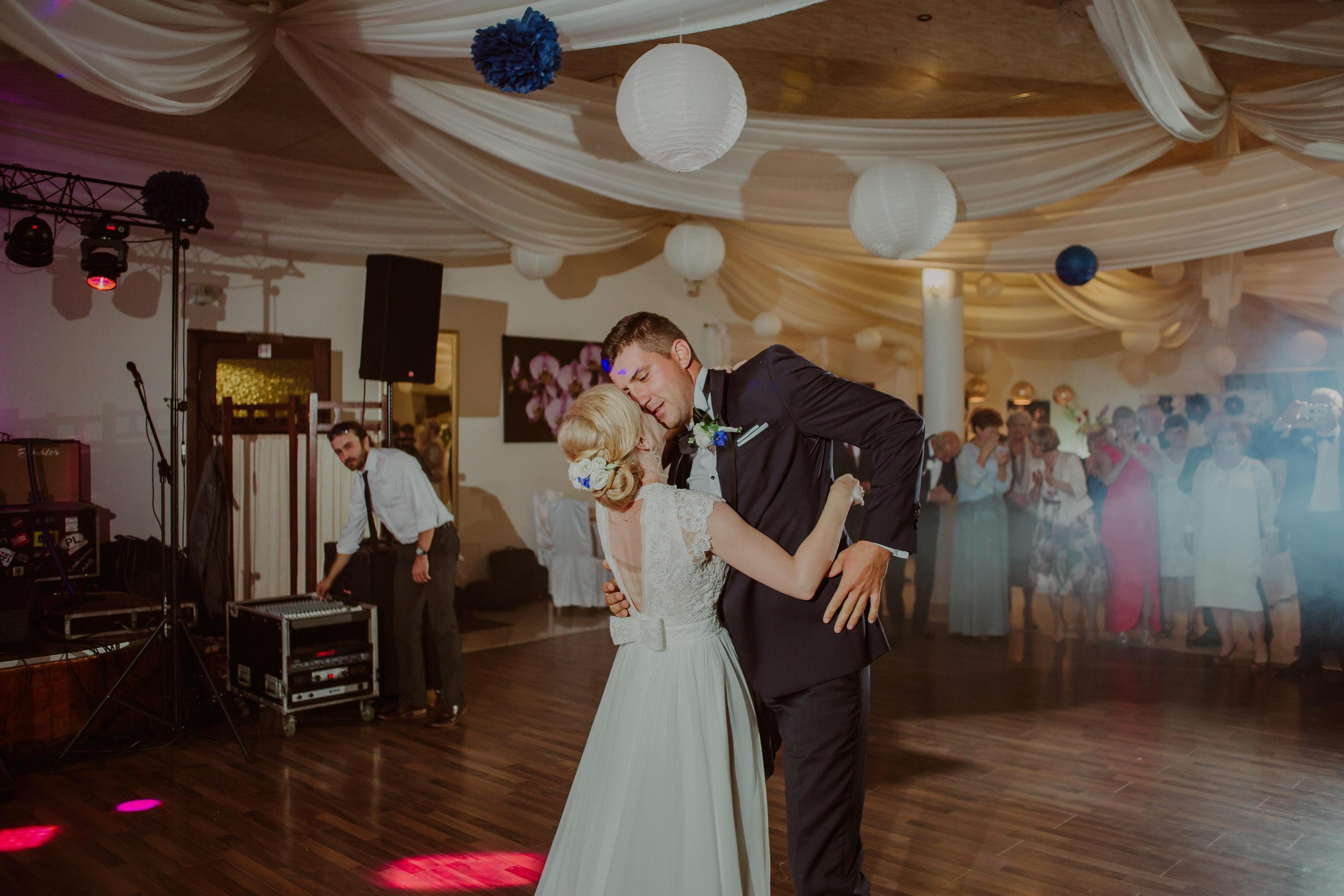 zakochana para młoda w tańcu