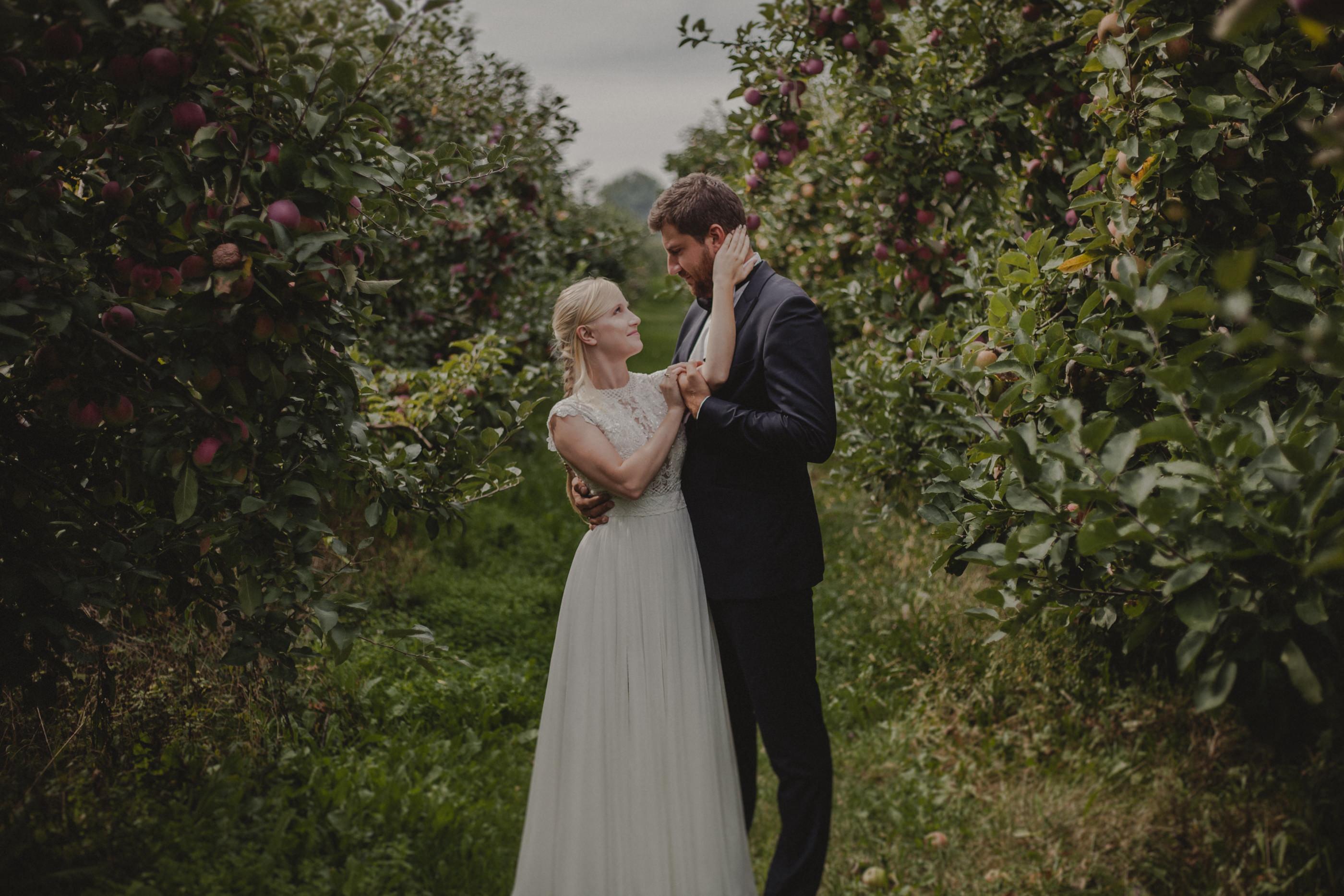 zakochana para w sadzie
