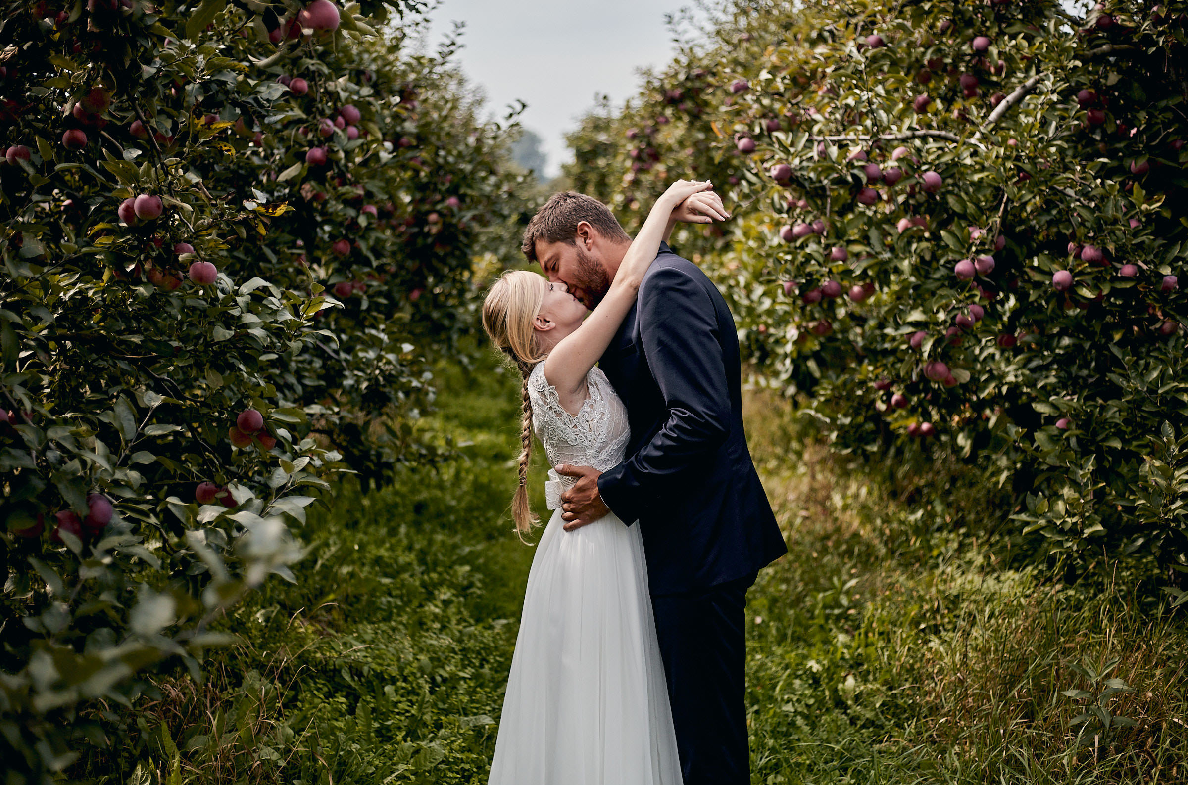 sesja ślubna w sadzie