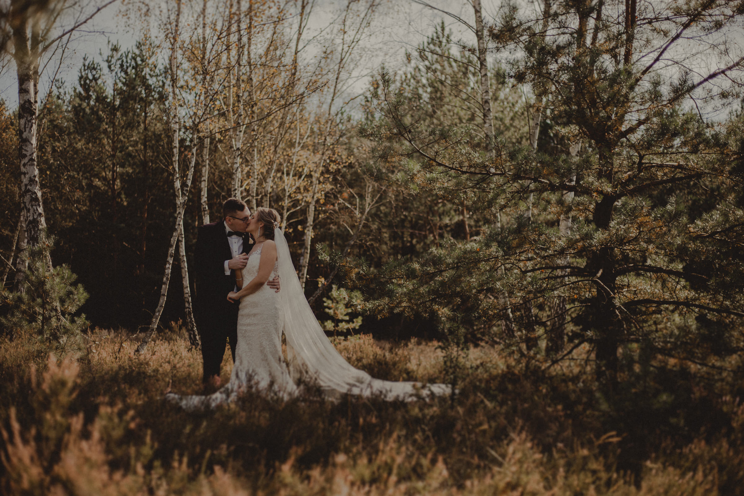 zakochana para młoda w lesie