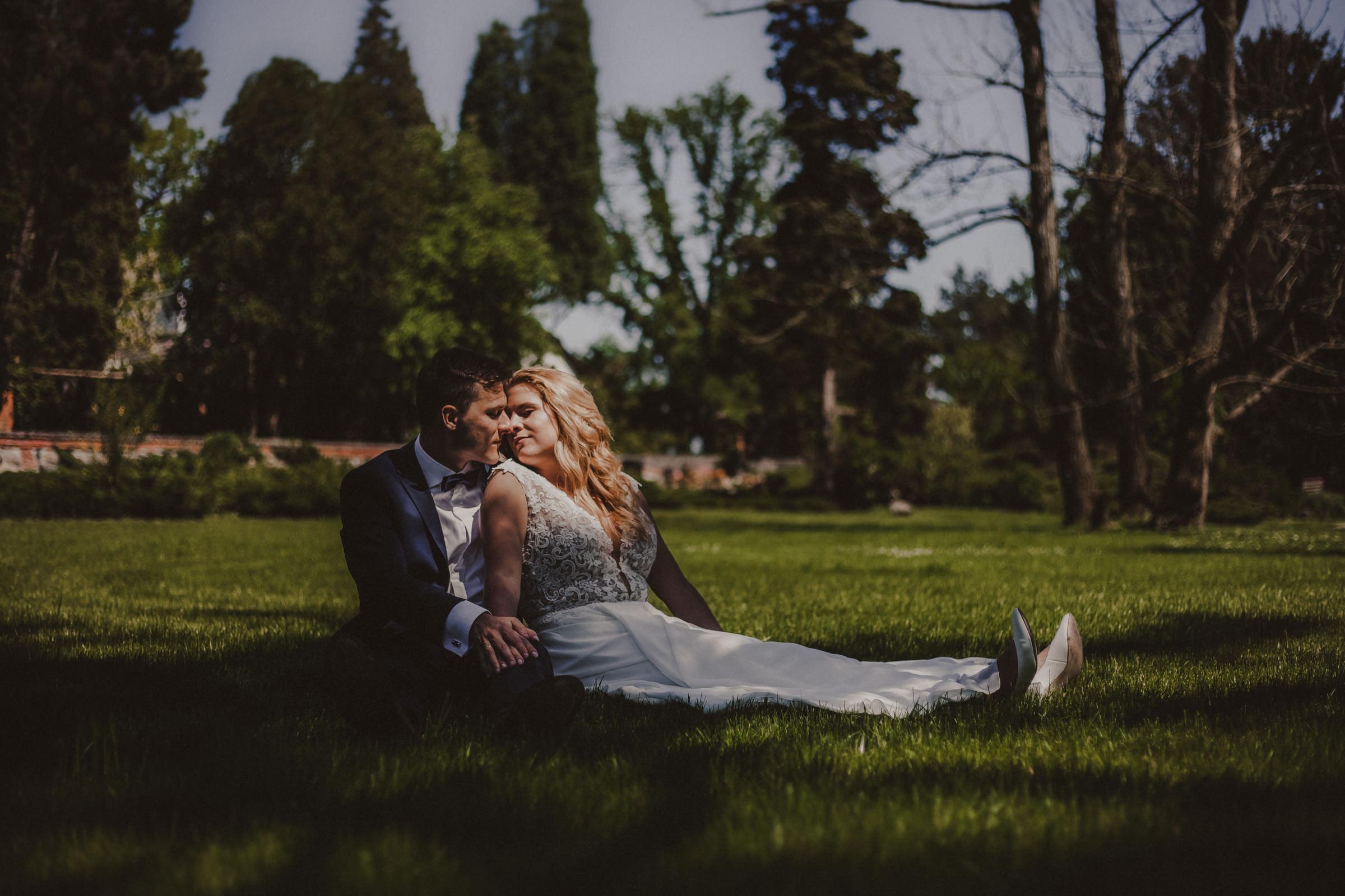 para młoda na trawie