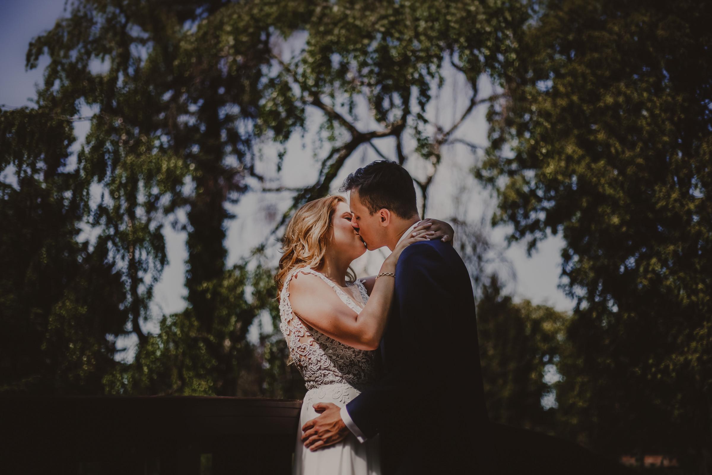 czuły pocałunek zakochanych