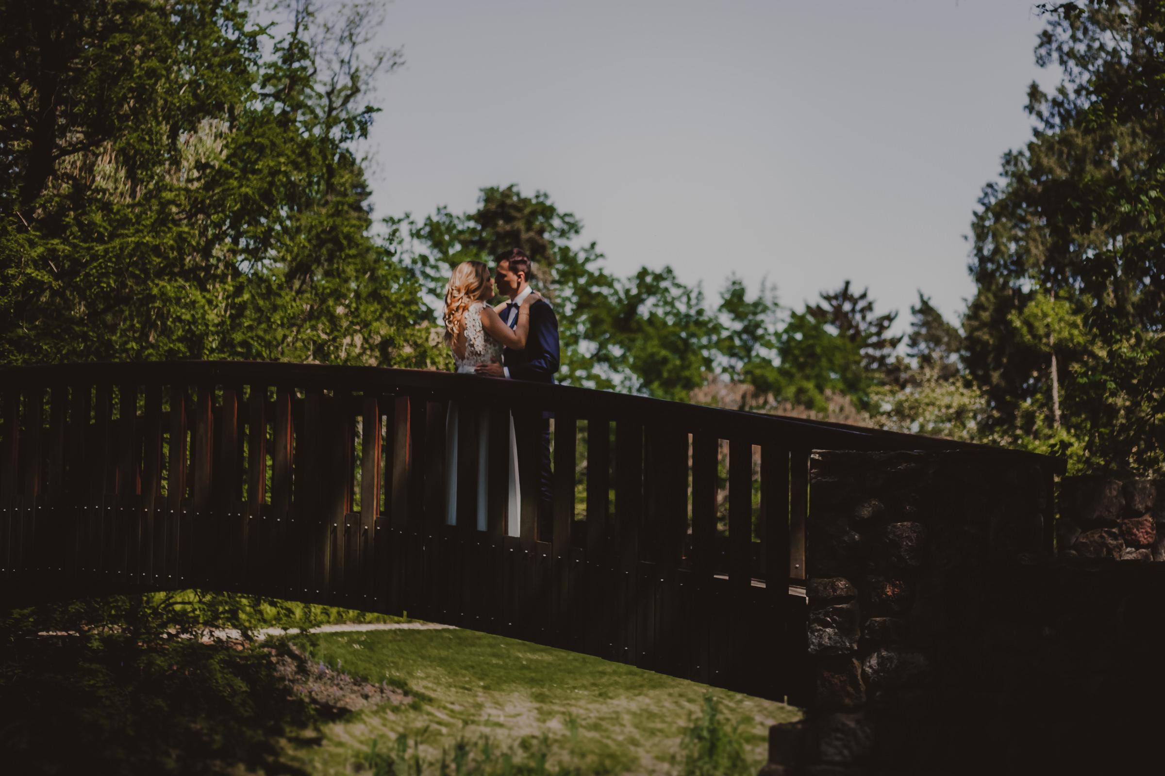 para młoda na mostku