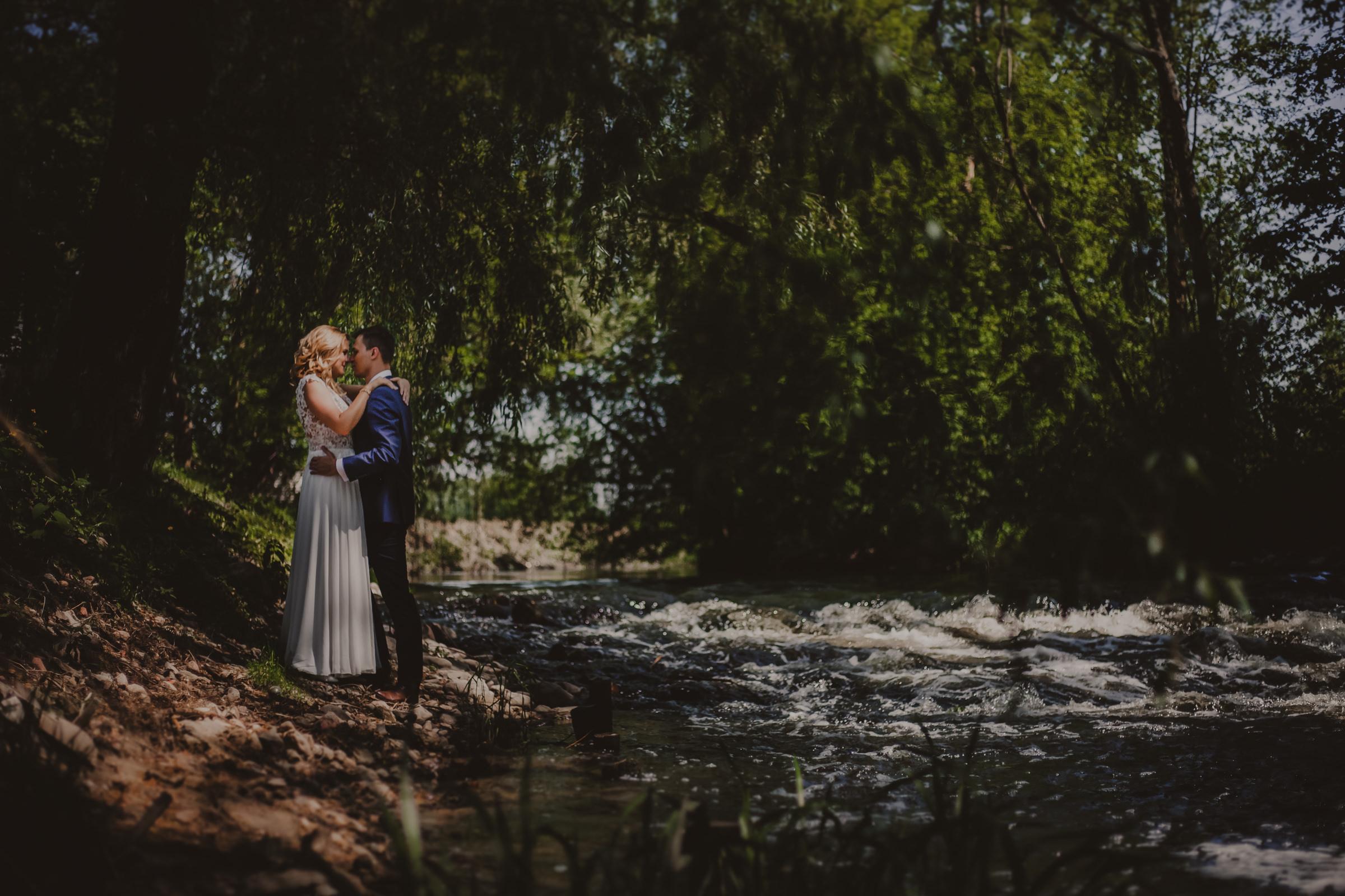 plener ślubny pary młodej nad rzeką