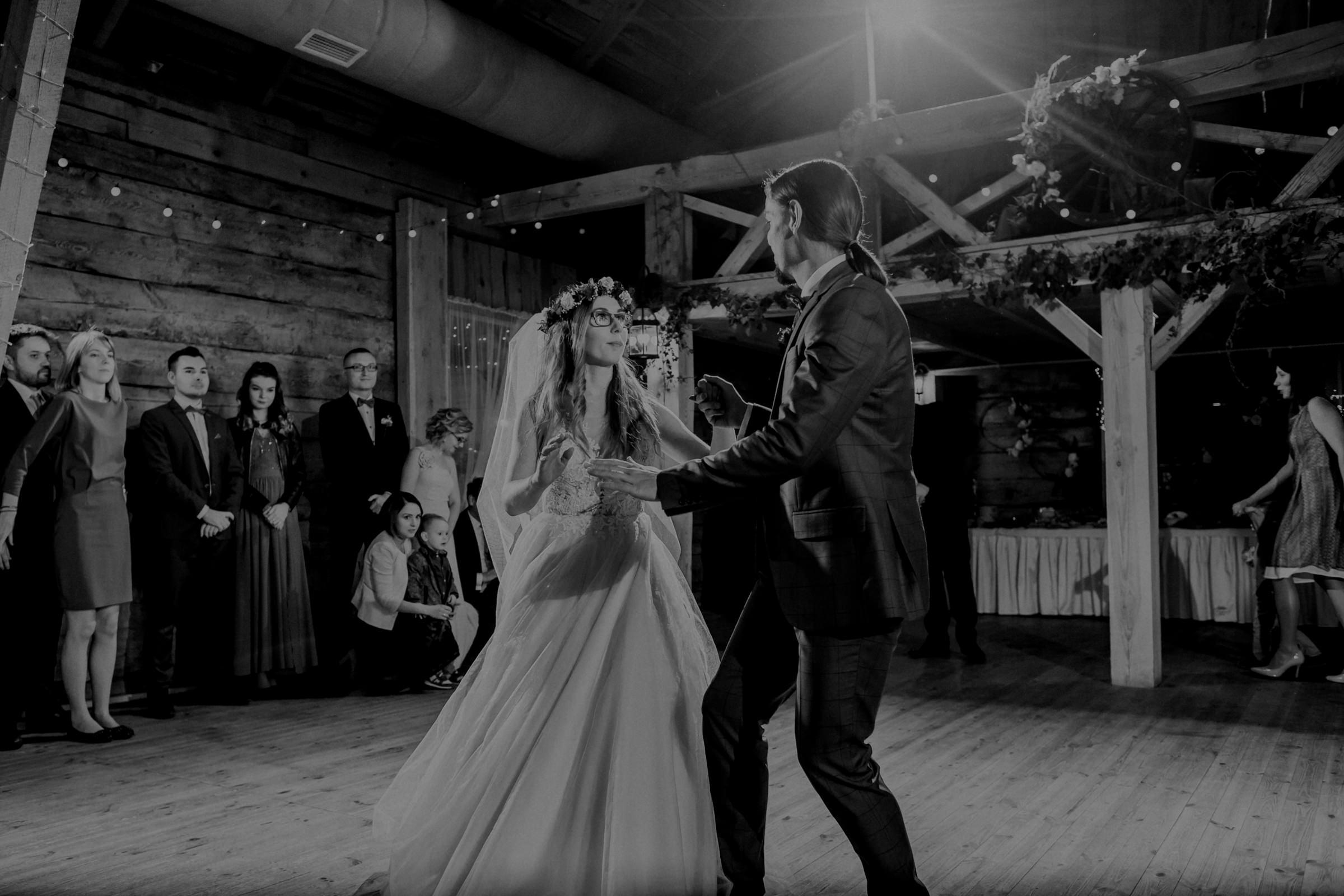 pierwszy taniec wesele stodoła