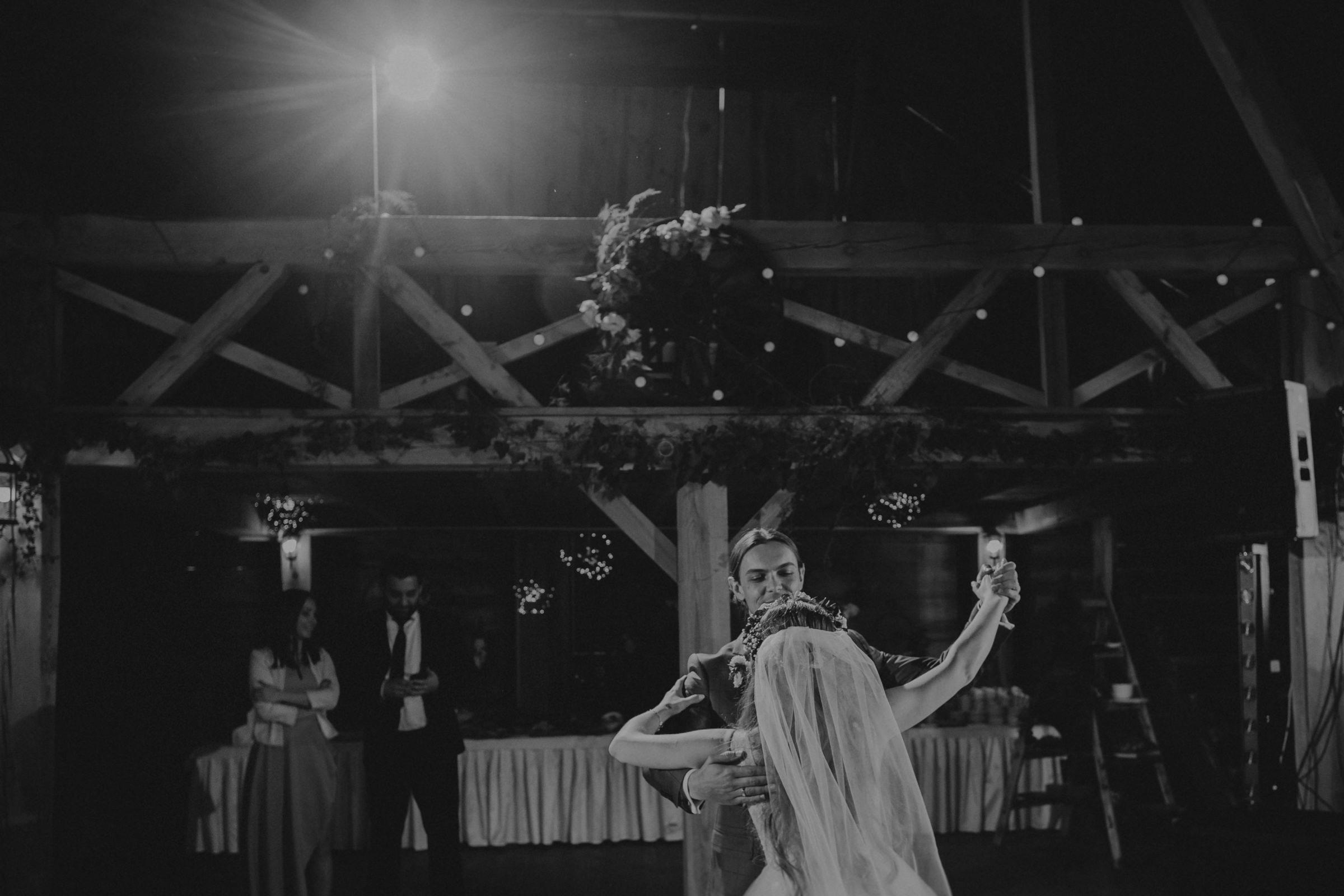 klimatyczne wesele w stodole