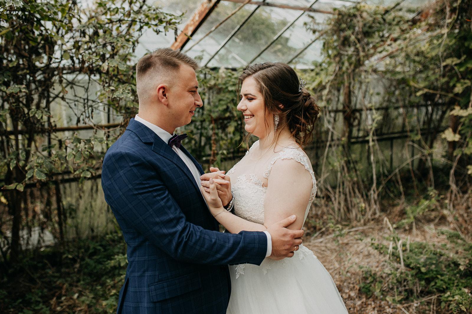 sesja ślubna w szklarni para młoda