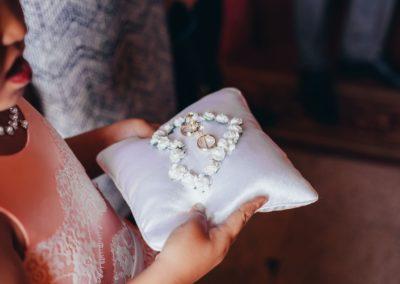 obrączki ślubne na poduszce