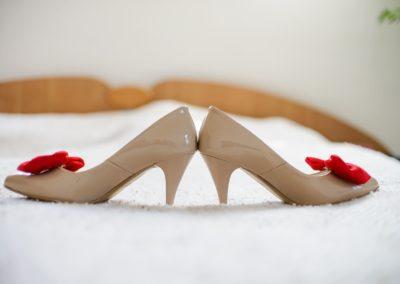 obcasy ślubne na łóżku