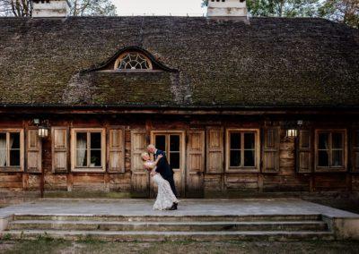 sesja ślubna przy domu