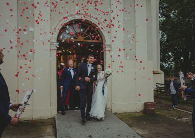 sesja ślubna przed kościołem