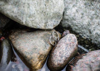 obrączki ślubne na kamieniach