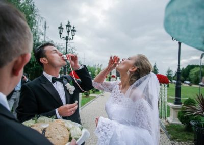 powitanie młodych na weselu