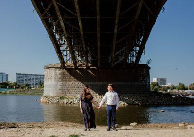 sesja narzeczeńska pod mostem