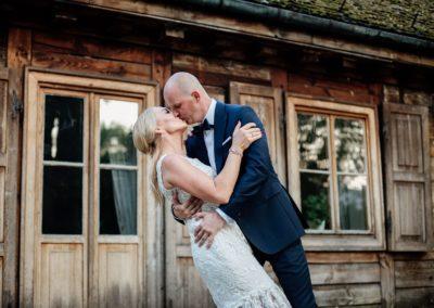 sesja ślubna przy domku