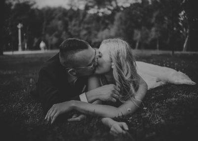 sesja ślubna na trawie
