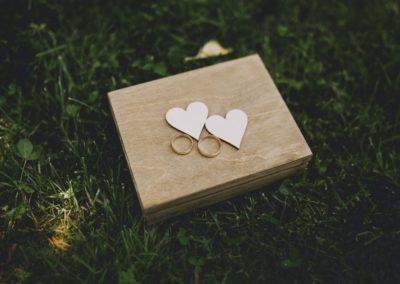 obrączki ślubne z serduszkami