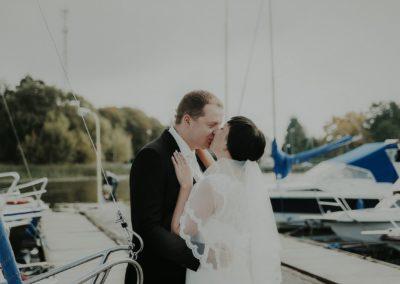 sesja ślubna przy łódkach