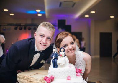 sesja ślubna tort weselny