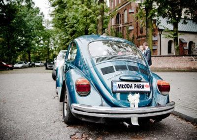 sesja ślubna z zabytkowym samochodem