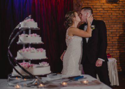 tort weselny i para młoda