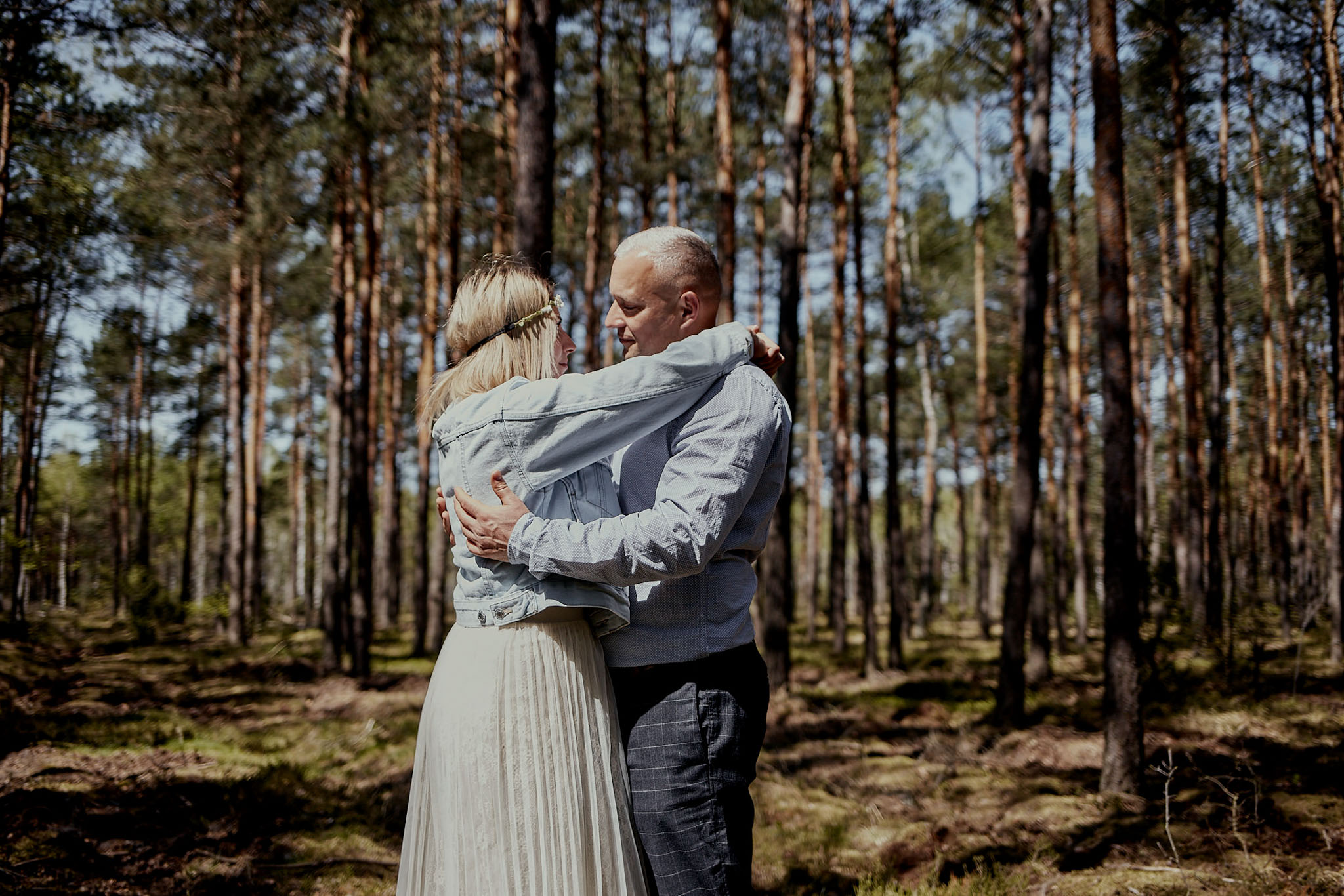 Sesja narzeczeńska w brzozowym lesie Warszawa