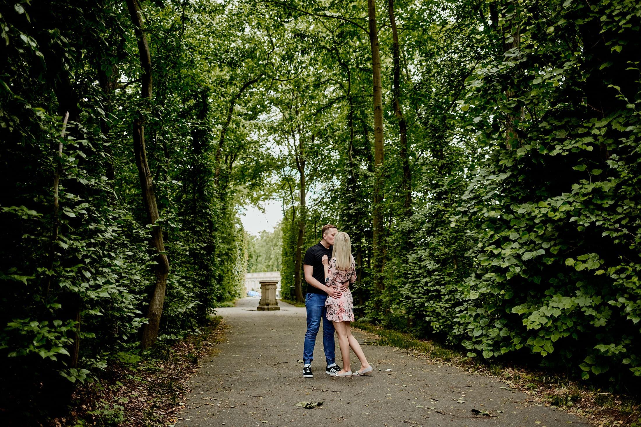 Sesja narzeczeńska Wilanów Park Warszawa