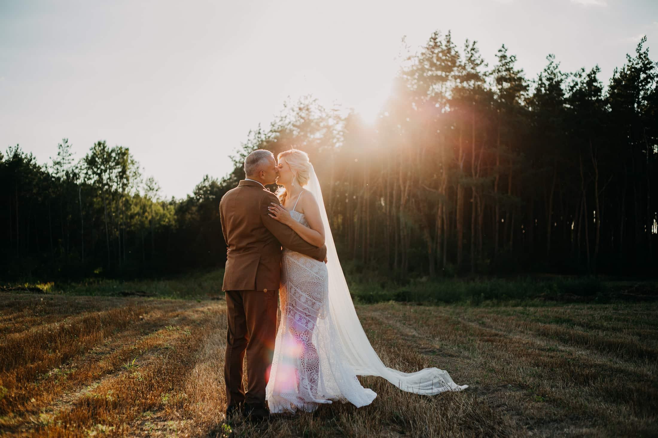sesja ślubna o zachodzie