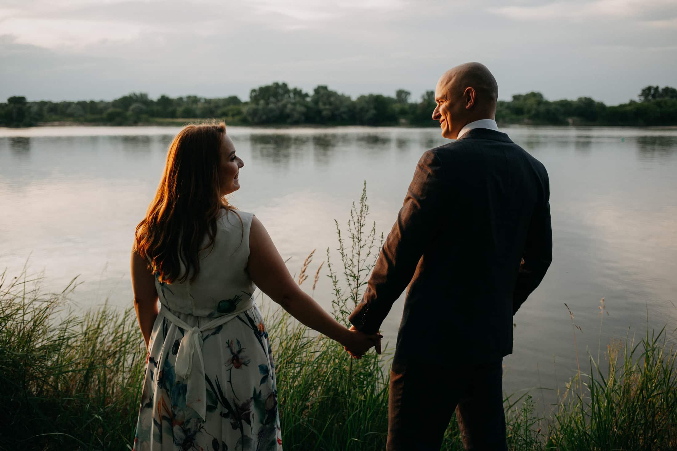 Romantyczna sesja narzeczeńska na polu