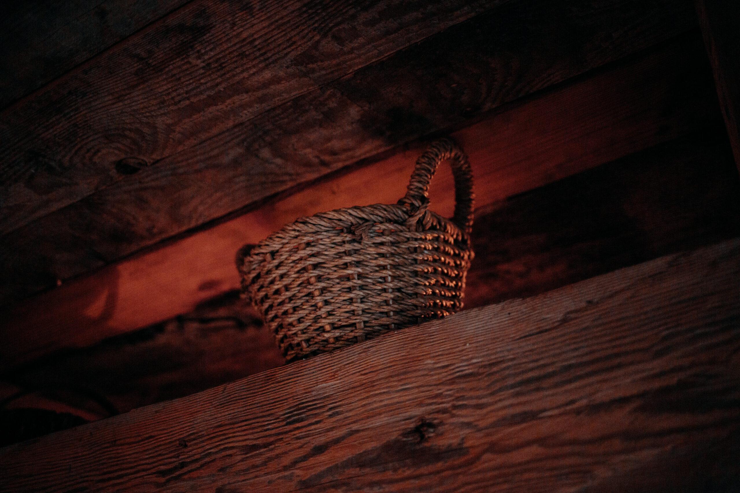 Intymna sesja narzeczeńska w drewnianej chacie