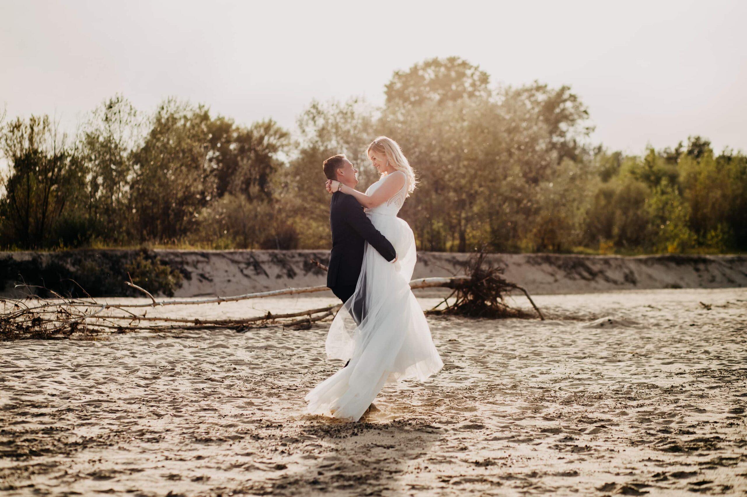Plener ślubny na plaży o zachodzie słońca