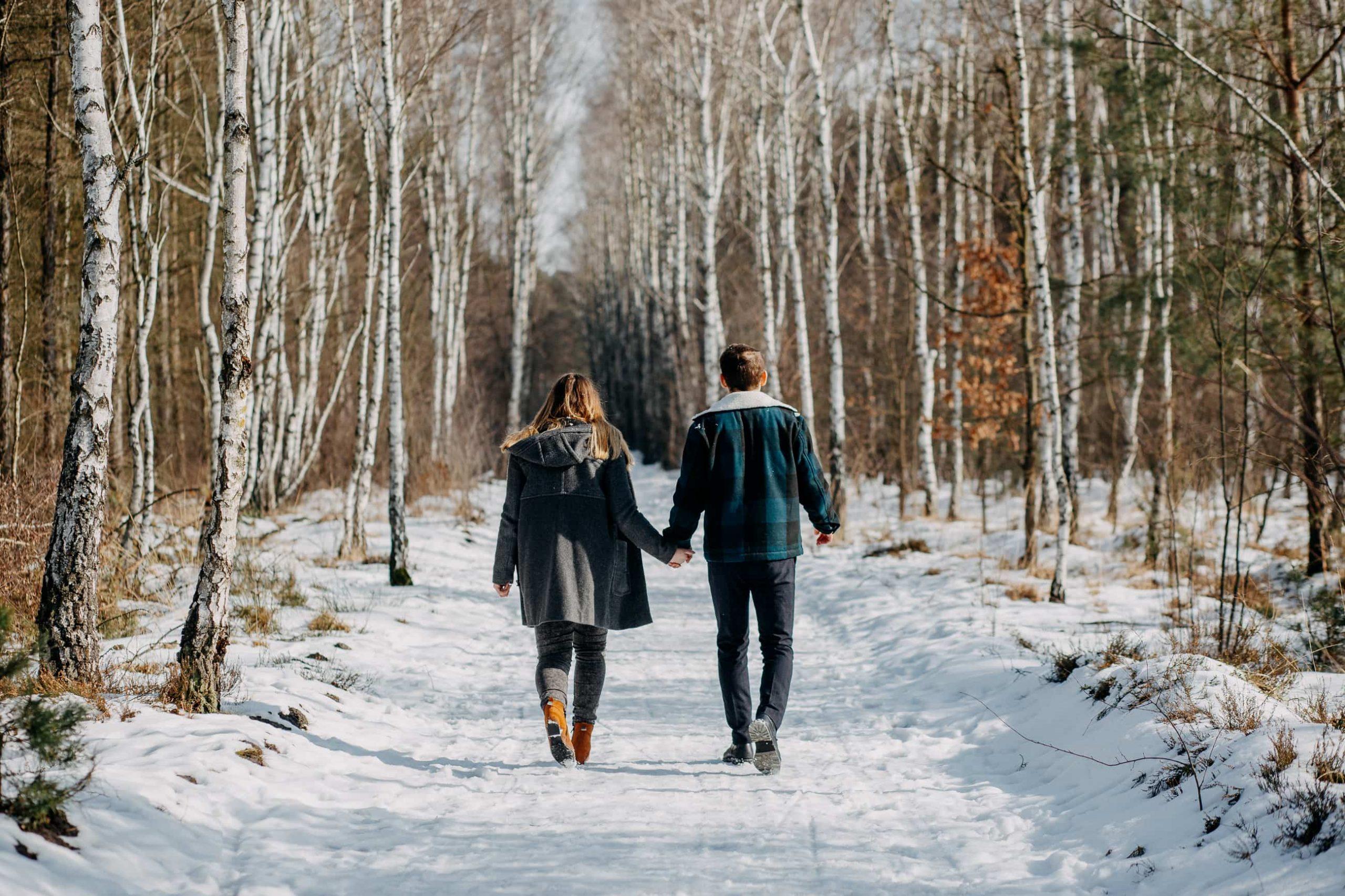 Zimowa sesja narzeczeńska w lesie