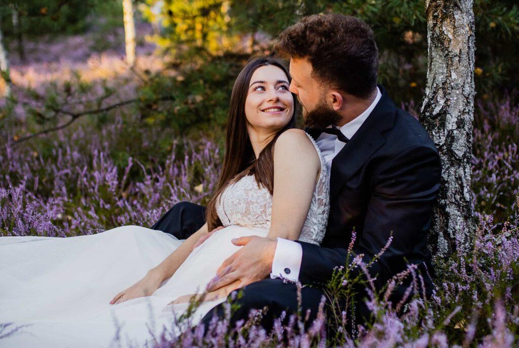 Sesja pełna wrzosów - plener ślubny Mostówka