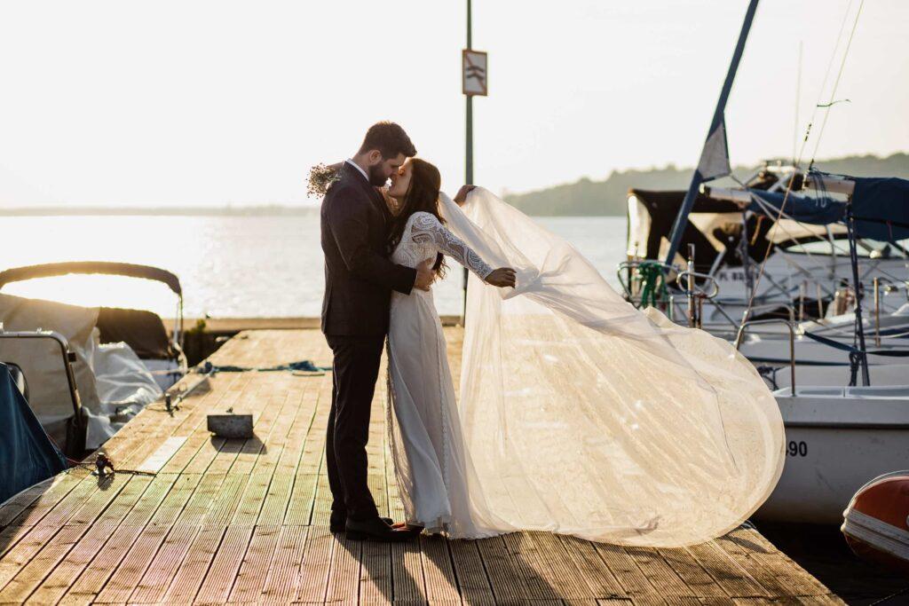 Naturalna ślubna sesja w szklarni i nad jeziorem